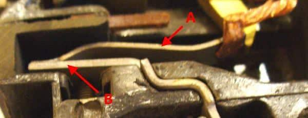 Устройство тепловой защиты: «A» - пластина, изготовленная из биметалла, «B» - контакт