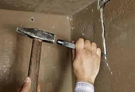 Для создания борозды используется зубило и молоток