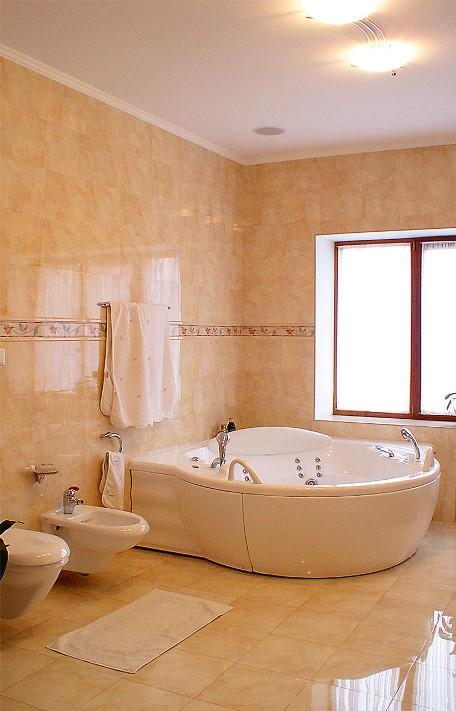 Большая лампа в ванной