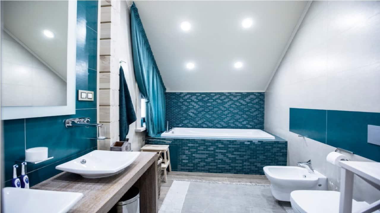 Точечные светильники над ванной