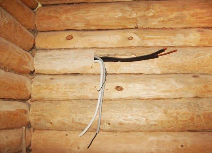 Пример нарушения ПУЭ (скрытая проводка на горючем основании с использованием ПВХ гофры)