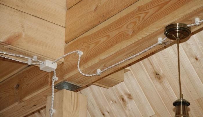 Проводка на изоляторах отлично смотрится на деревянных стенах