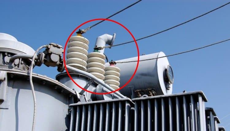Фарфоровые изоляторы на вводах силового трансформатора