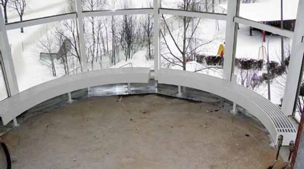Расположенные под панорамным окном конвекторы препятствуют образованию конденсата и играют роль тепловой завесы