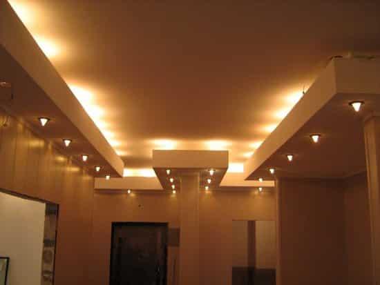 Оформление точечными светильниками коридора