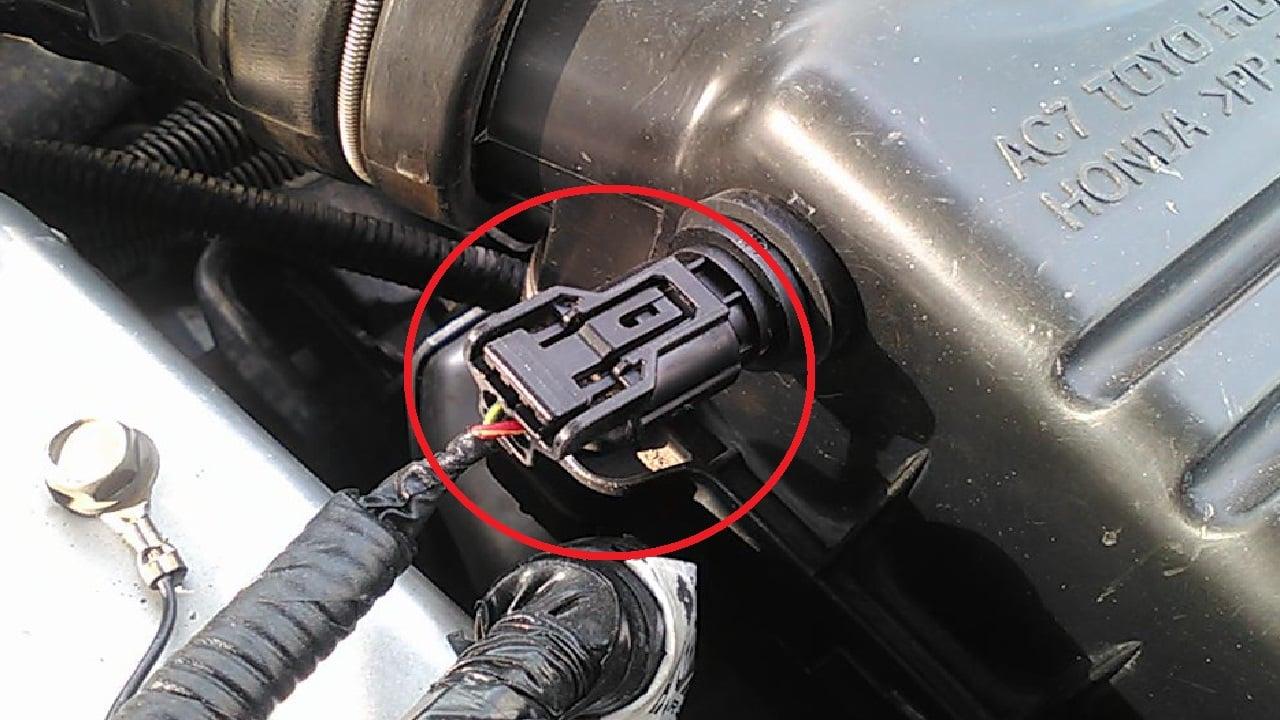 Отключите питающий шнур от блока контактов датчика