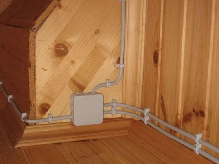 Пример открытой трубной разводки электрических проводов в бане