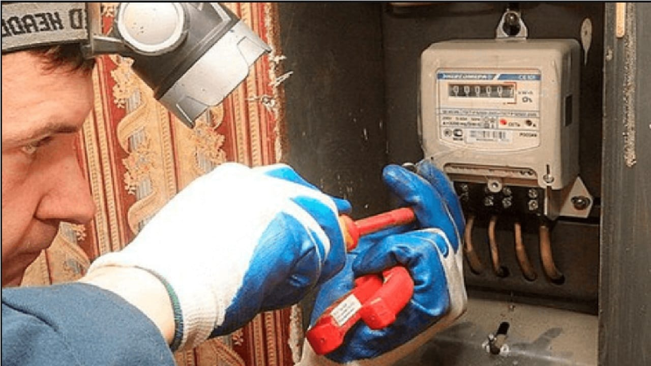 Отключите проводники на зажимах электросчетчика