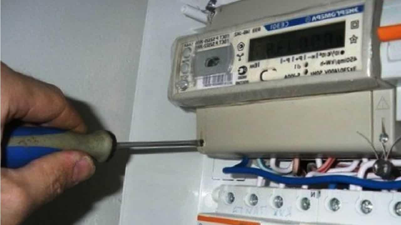 Установите и подключите новый электросчетчик
