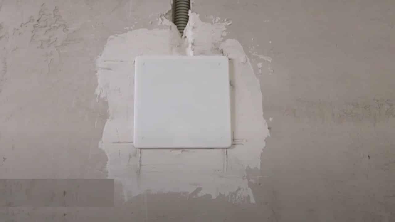 При установке крышка плотно прилегает к стене
