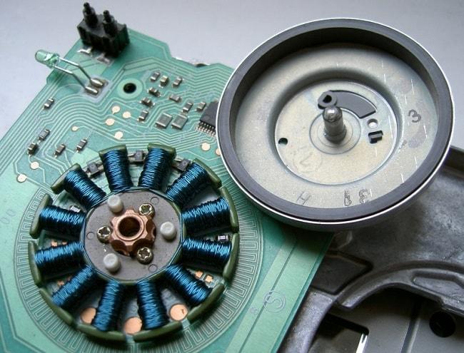 Бесколлекторный двигатель в компьютерном дисководе
