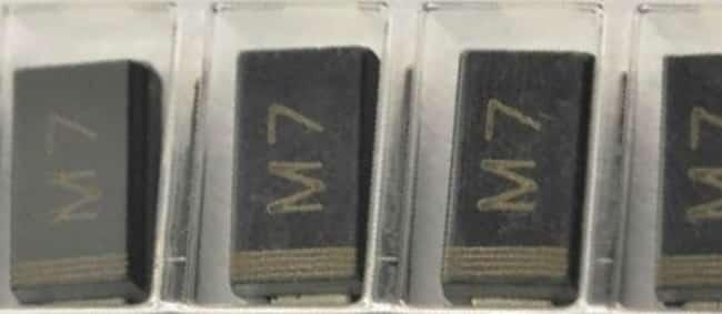 1N4007 (M7) в SMD исполнении (катод отмечен полоской на корпусе)