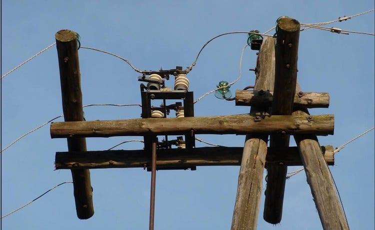Разъединитель, установленный на деревянной опоре