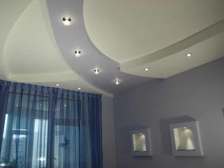 Подсветка зала с многоуровневым потолком