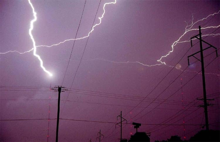 Попадание молнии в ЛЭП вызывает сильное перенапряжение сети