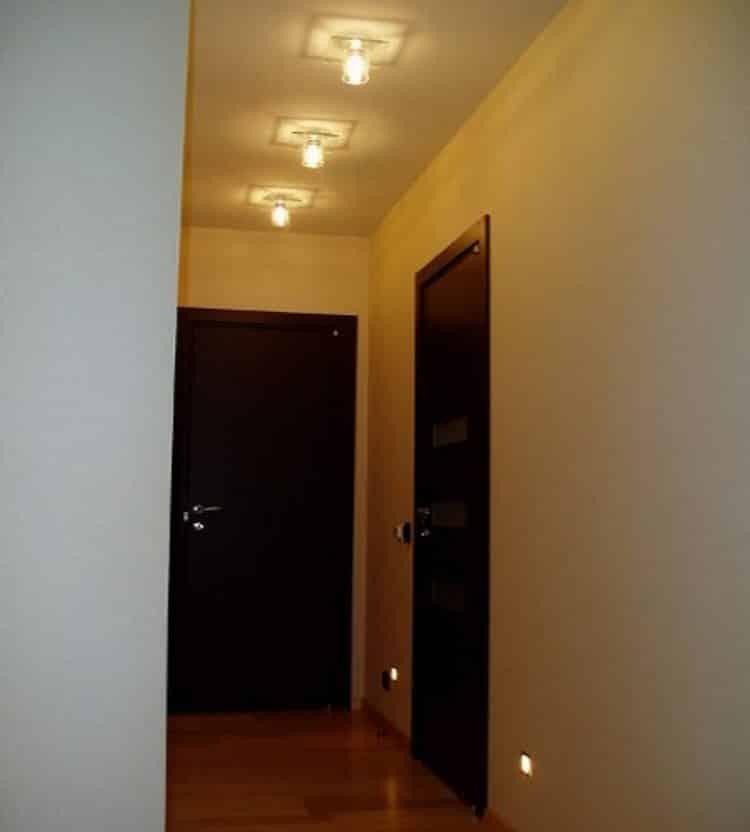 Пример световой дорожки, проложенной по центру потолка в узком помещении