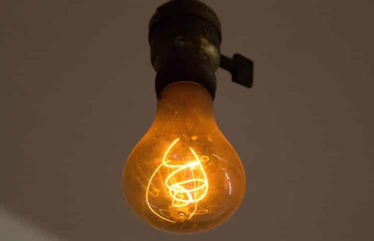 Снижение яркости лампы накаливания – характерный признак падения напряжения
