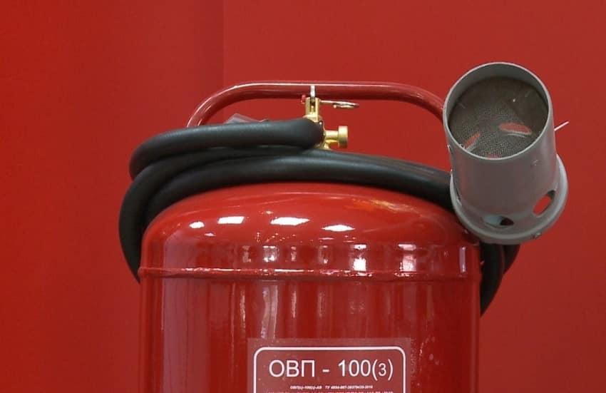 Типовая конструкция распылителя воздушно-пеннового огнетушителя и его подключения к баллону