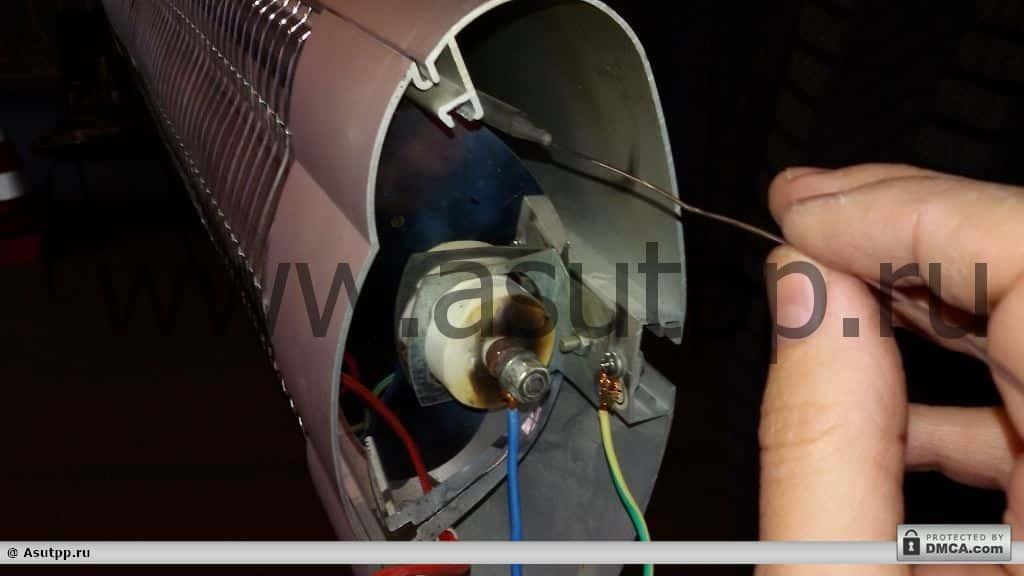 Вставляете трубку терморегулятора