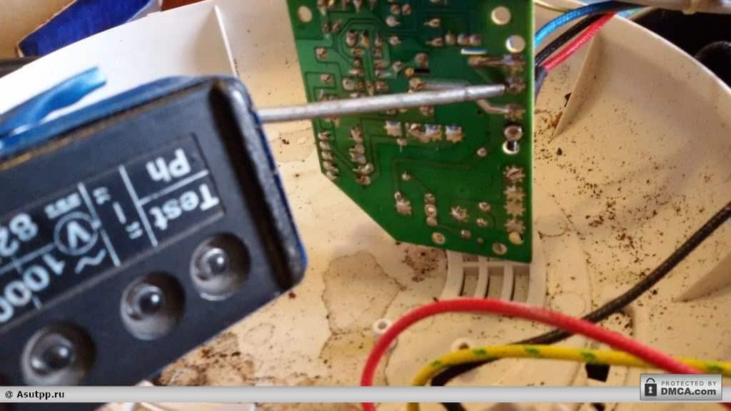 Переставляем щуп указателя напряжения на вывод синего провода