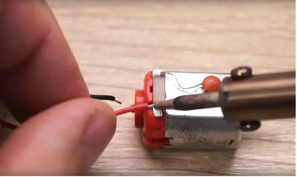 Припаяйте провода к мотору