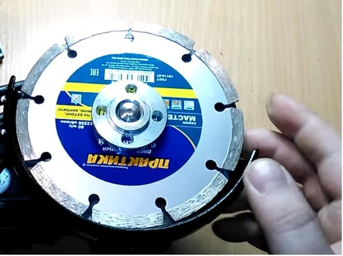 Прижмите второй диск гайкой