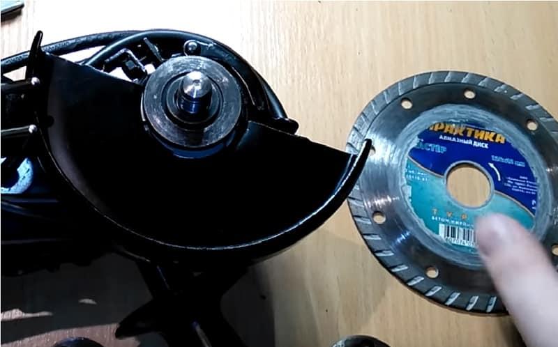 Установите первый диск на болгарку