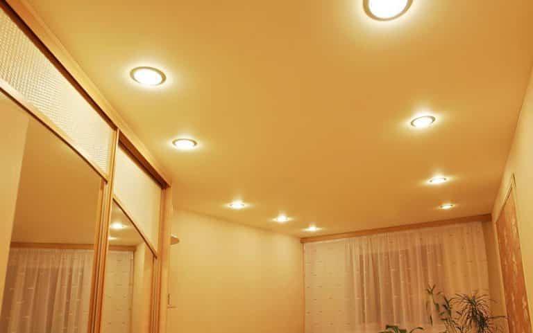 2 ряда светильников на потолке