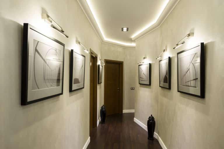 Классическое освещение в коридоре