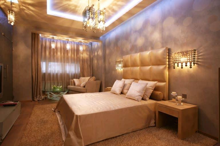 Люстра над кроватью в спальной комнате
