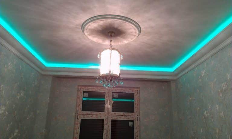 Люстра, вмонтированная в бетонный потолок