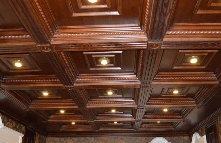 Несколько светильников на деревянном потолке
