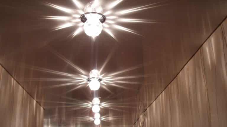 Несколько светильников на натяжном потолке