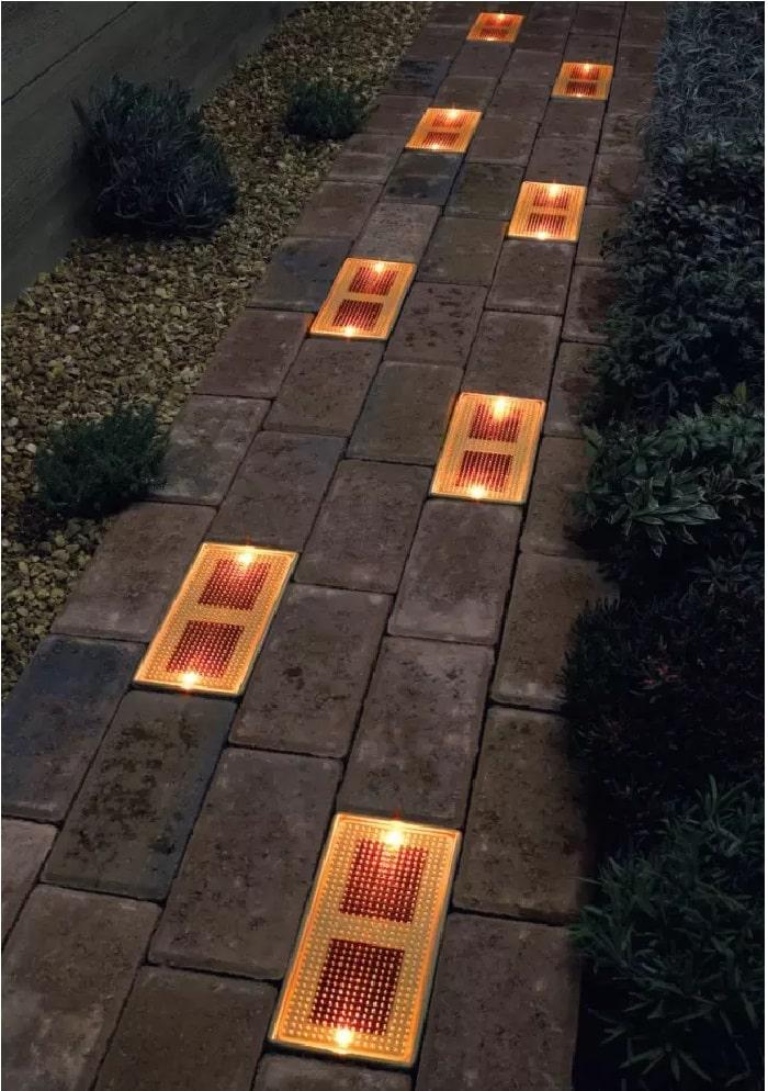 Фото идея освещение дорожки встроенными светильниками