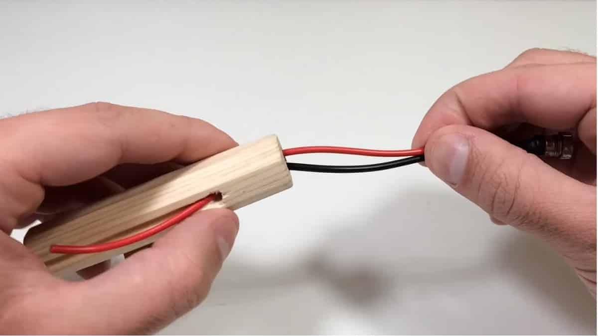 Поместите провода от разъема