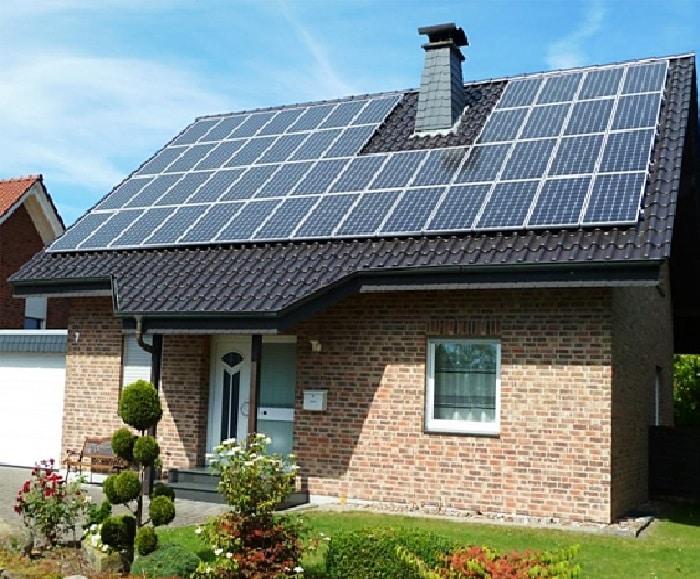 Солнечная батарея на крыше здания