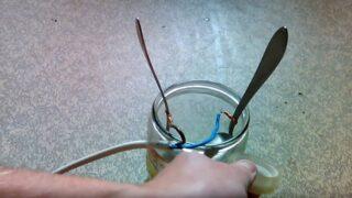 Зафиксируйте кабель скотчем
