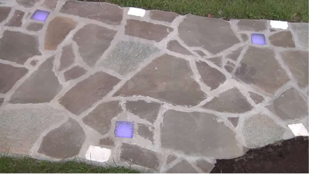 Приклейте плитки камня