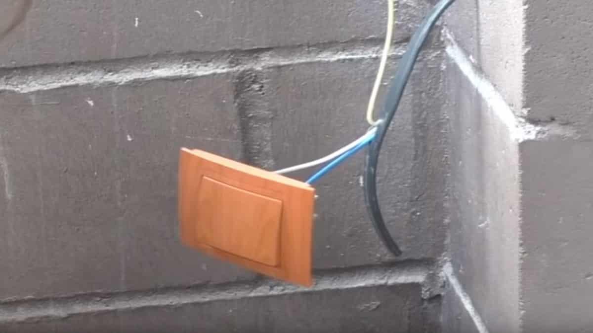 Подсоедините выключатель