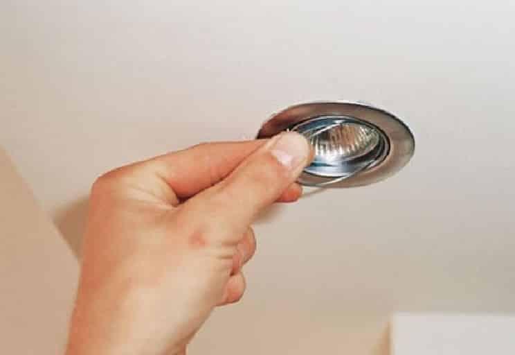 Зафиксируйте лампу чекой