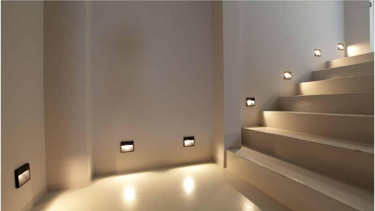 Освещение бетонной лестницы