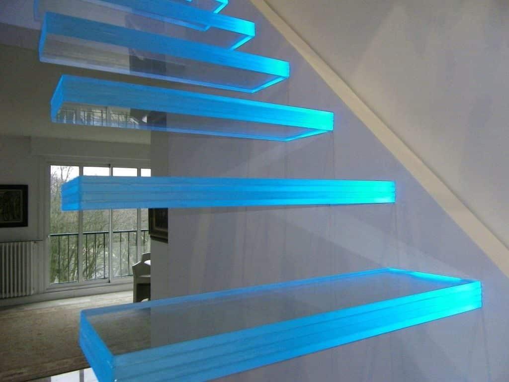Освещение стеклянной лестницы