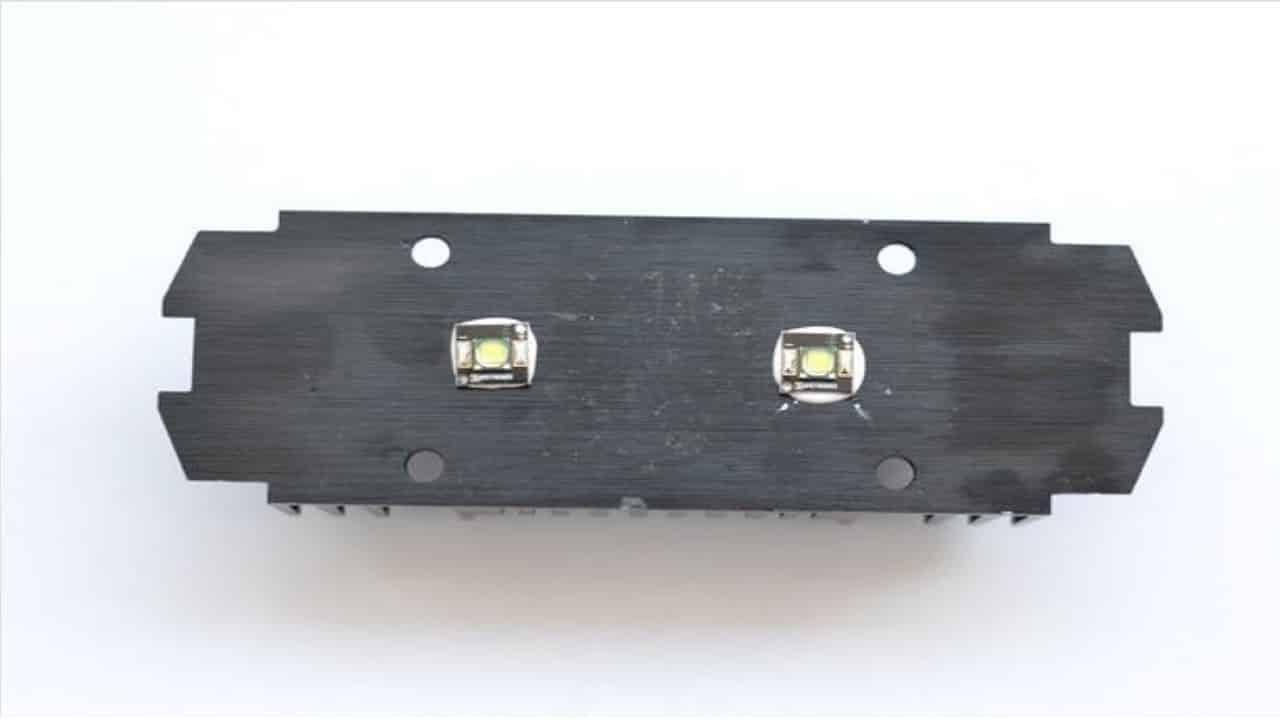Установите светодиодную сборку на радиатор охлаждения