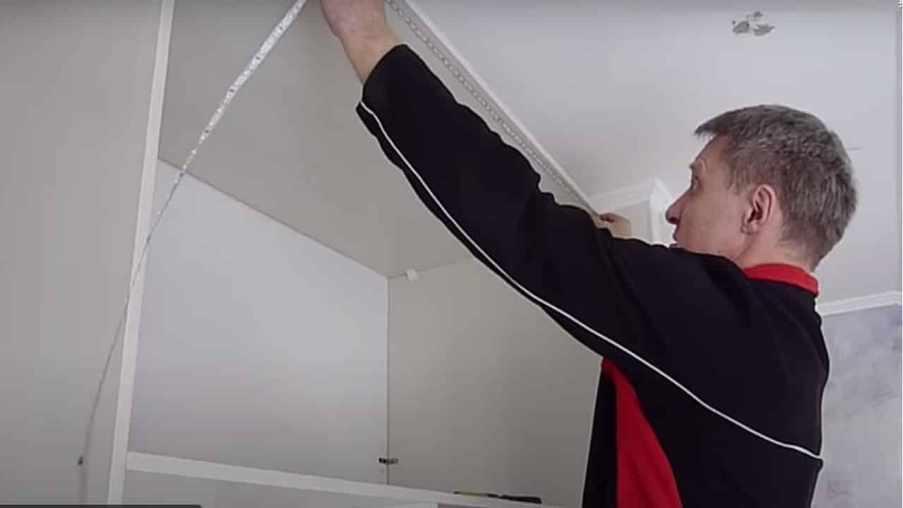 Отмерьте длину ленты по размерам шкафа