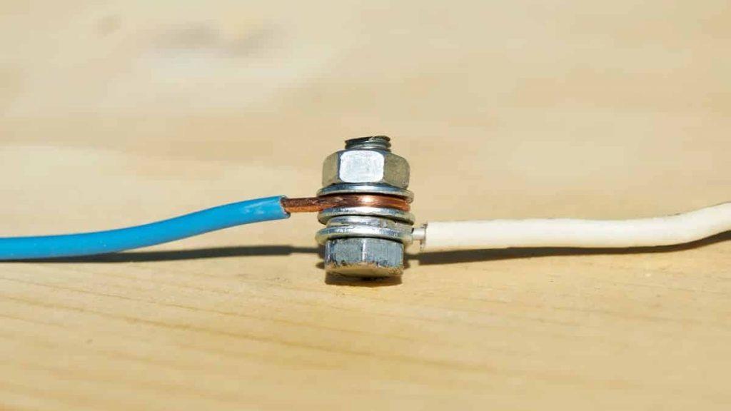 Соединение медных проводов через стальные шайбы