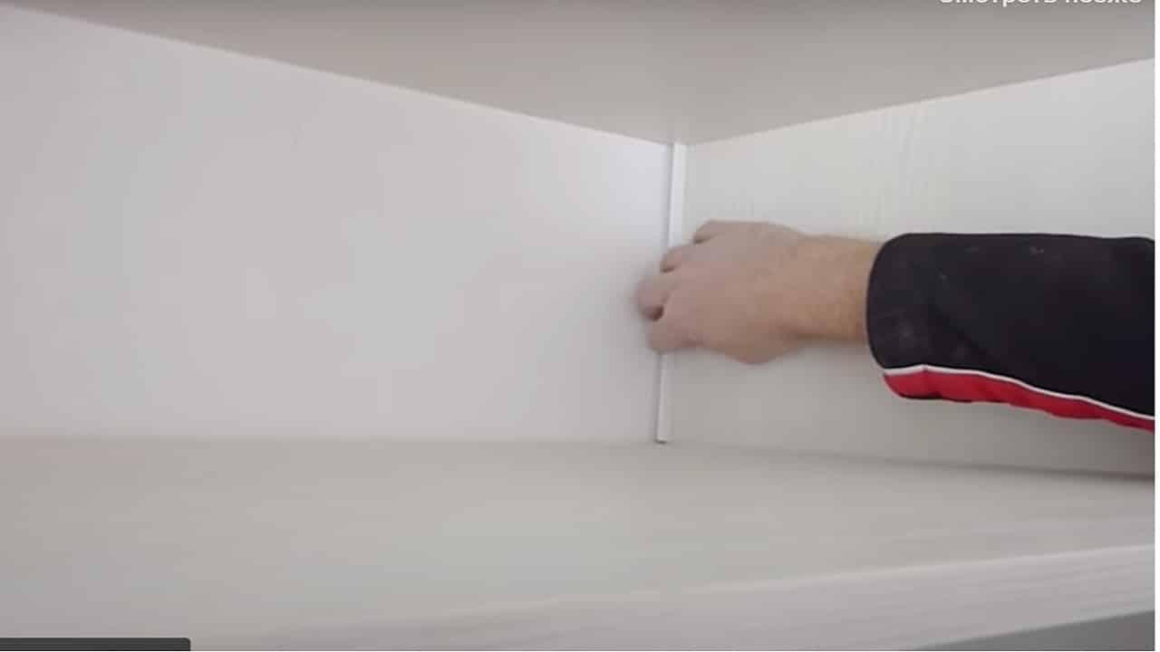 Установите кабель-канал в шкафу
