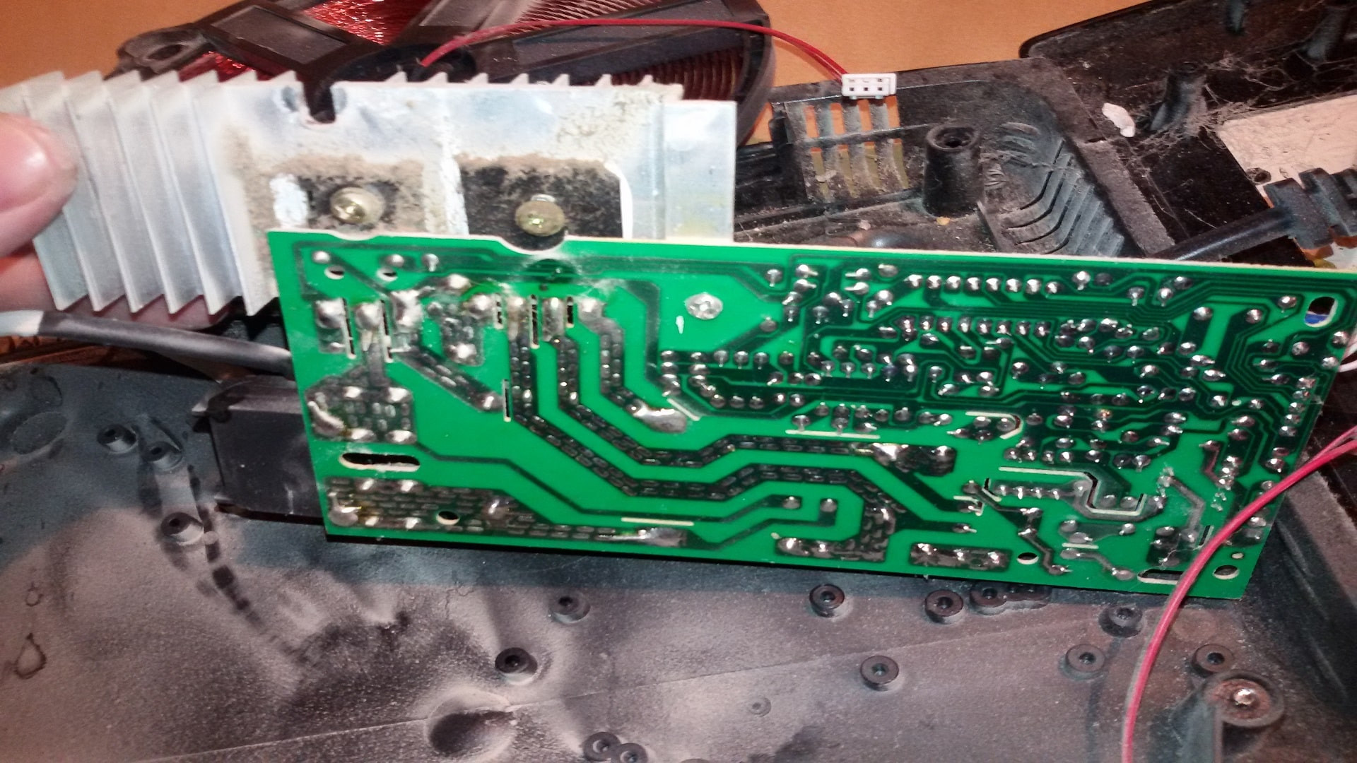 Отсоединяем радиатор от диодного моста и транзистора