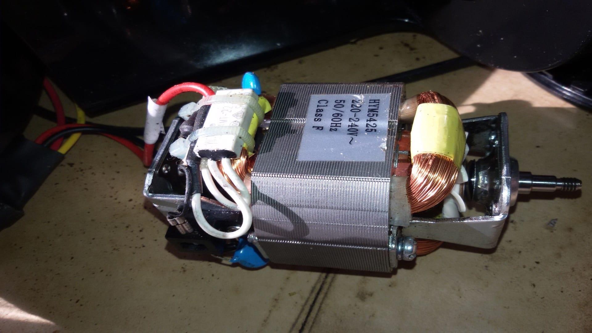 Почищенный и смазанный двигатель кофемолки