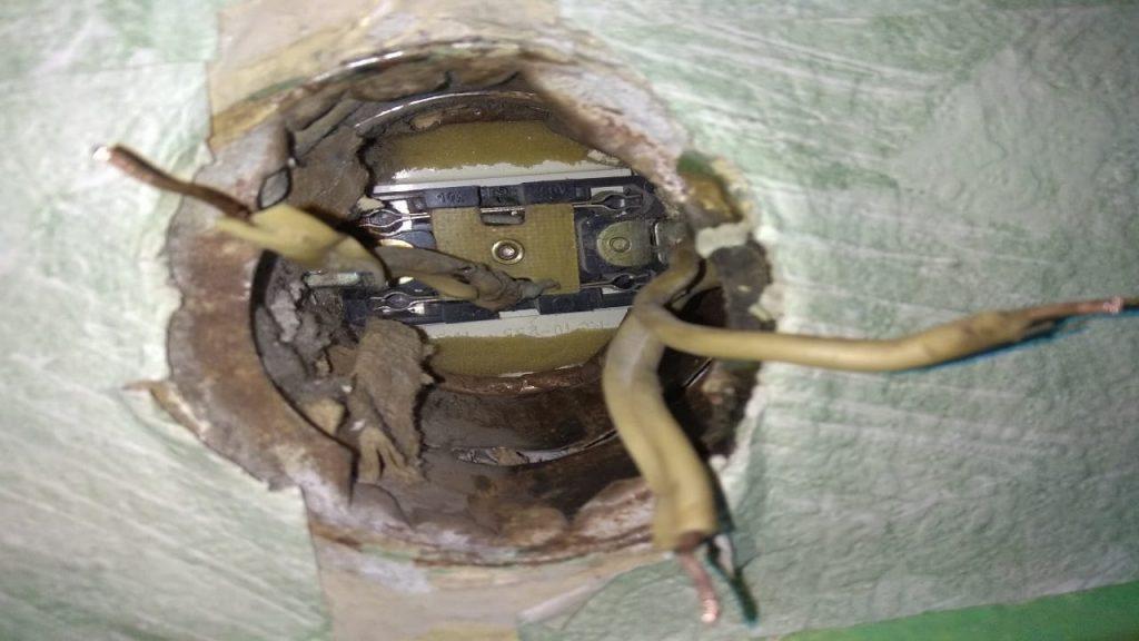 Провода в розетке