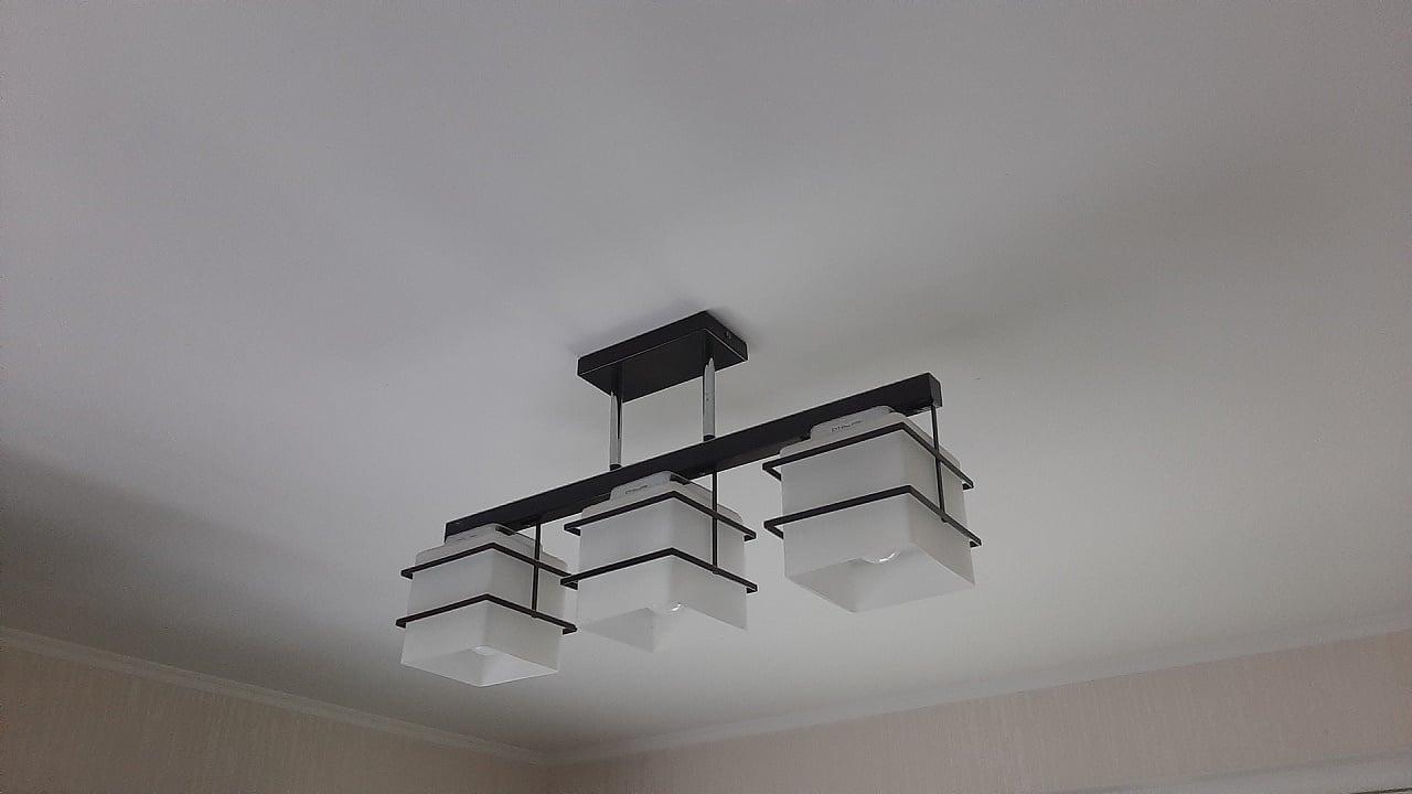 Потолочный светильник — пример постоянно подключенного электрооборудования
